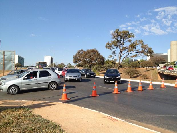 Trânsito sendo desviado por causa de acidente na L2 Norte, em Brasília (Foto: Luciana Amaral/TV Globo)