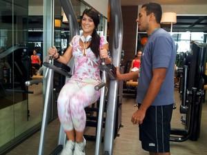 Débora treina três vezes por semana em uma academia de Vila Velha (Foto: Juliana Borges/ G1 ES)