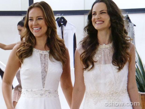 Paloma e Gina são só sorrisos vestidas de noiva (Foto: Amor à Vida/TV Globo)