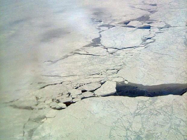 Imagem feita em abril de 2010 mostra fissura em calota polar e superfície do oceano exposta na região do Ártico. (Foto: Nasa/JPL)