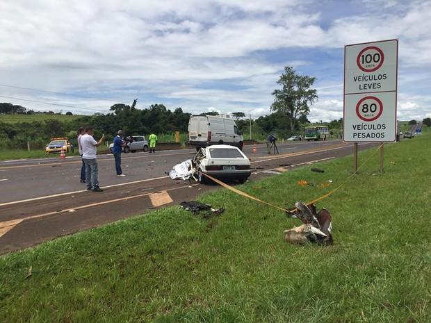Carro ficou destruído com o impacto da batida em Araraquara nesta terça (Foto: Pamela Cadamuro/ ACidade ON Araraquara)