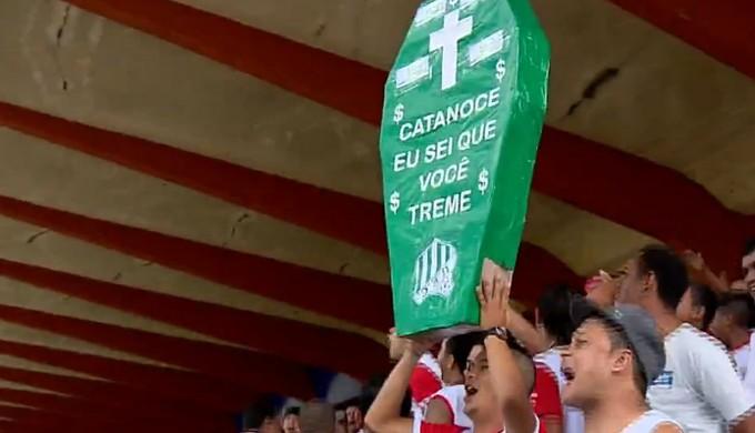 Torcida do Tricordiano pega no pé do ex-treinador da equipe, Paulo César Catanoce (Foto: Reprodução EPTV)
