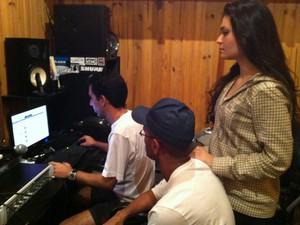 Lorena Lessa em estúdio com os produtores Paulo Henrique e Felipe Valadares (Foto: Arquivo Pessoal)