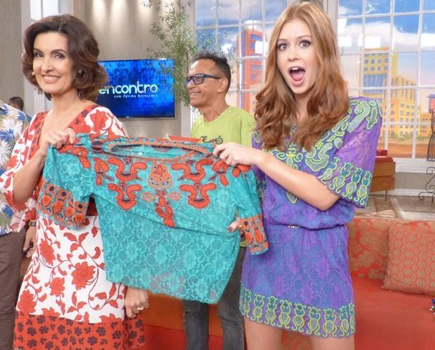 Fátima Bernardes e Marina Ruy Barbosa tiram sarro com uso de roupas iguais (Foto: Carolina Morgago / Gshow)