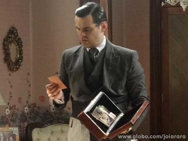 Manfred vasculha quarto de mãe e vê fotos de Gertrude com Venceslau (Foto: Joia Rara/TV Globo)