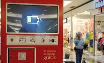 Shopping de São José 'espalha' tomadas para recarga em celulares  (Daniel Corrá/G1)