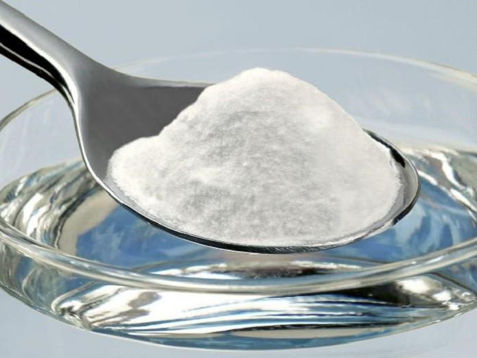 Faça uma mistura de bicarbonato de sódio com água e passe com uma escova ou cotonete no aparelho (Reprodução/actitudfem)