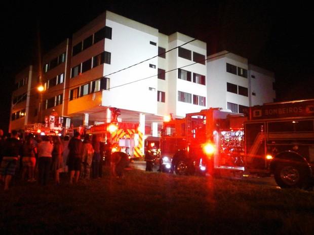 Corpo de Bombeiros combatem incêndio em garagem de prédio no Guará 2 (Foto: Corpo de Bombeiros/Divulgação)