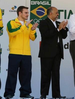Dia Olímpico Dilma recebe agasalho do Time Brasil (Foto: Beth Santos / Prefeitura do Rio)