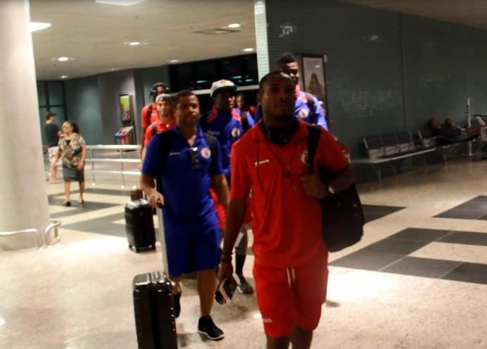 Seleção haitiana desembarcou em Manaus (Foto: Marcos Dantas)