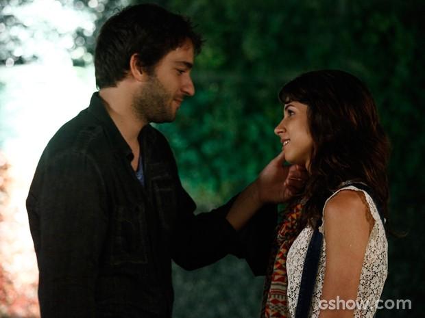 Pegando fogo! Manu e Davi se sentem cada vez mais atraídos um pelo outro (Foto: Inácio Moraes/TV Globo)