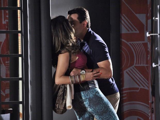 Que isso, capitão! Théo dá aquela pegada em Morena (Foto: Salve Jorge/TV Globo)