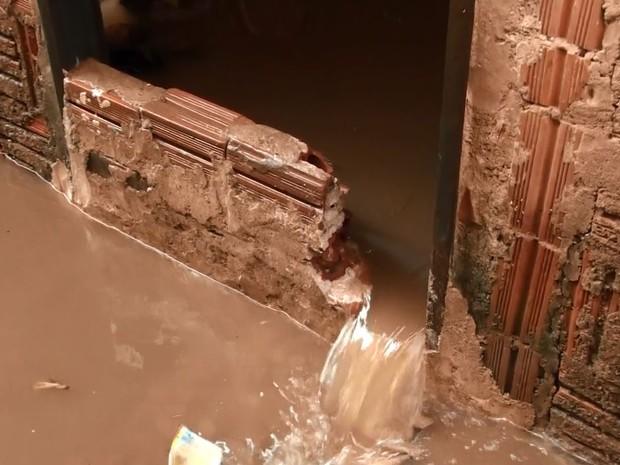 Chuva forte causas alagamento no bairro Cidade Aracy em São Carlos sãocarlos (Foto: Ronnei Nicoletti/EPTV)