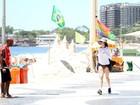 Aos 48 anos, Fernanda Torres corre e ganha 'encarada' de ambulante