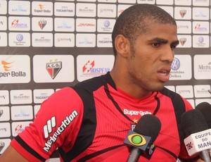 Atacante Patric vê Atlético-GO forte na luta para não cair (Foto: Fernando Vasconcelos / Globoesporte.com)