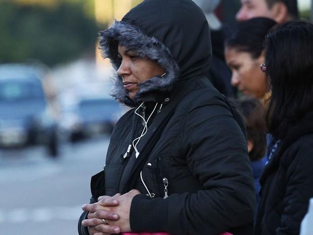 Pedestre se protege do frio na Avenida Ibirapuera, em Moema, Zona Sul de São Paulo, na manhã desta sexta-feira  (Foto: Renato S. Cerqueira/Futura Press/Estadão Conteúdo)