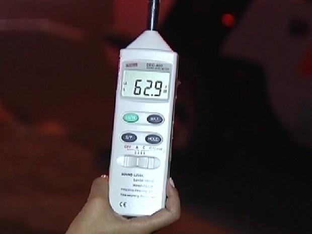 Policiais usam o decibelímetro, aparelho que mede a altura do som (Foto: Reprodução / TV Tem)
