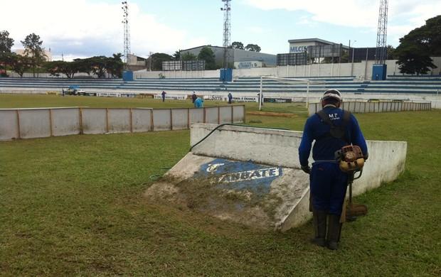 Joaquinzão recebe últimos reparos para estreia do Taubaté (Foto: Filipe Rodrigues/ Globoesporte.com)