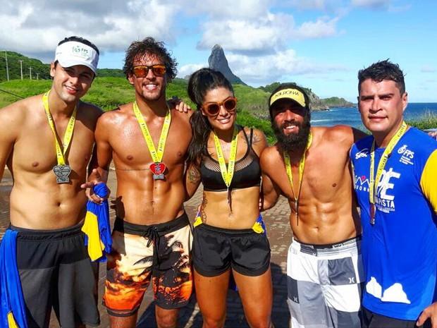 Felipe Roque, Aline Riscado e grupo de amigos após corrida em Fernando de Noronha (Foto: Reprodução / Instagram)