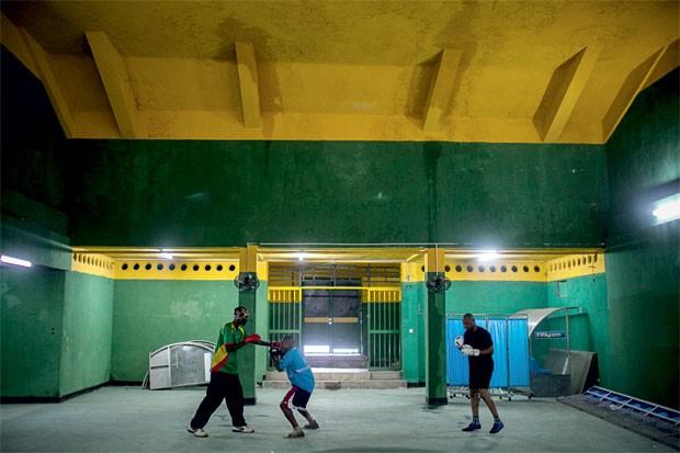 Lutadores treinam no vestiário que um dia foi frequentado por Muhammad Ali (Foto: Yan Boechat)
