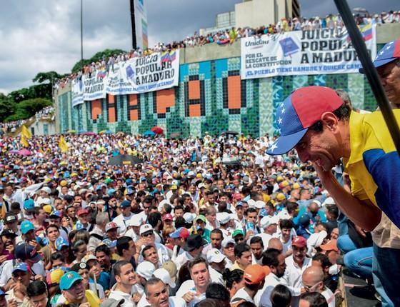 O líder da oposição  Henrique Capriles comanda manifestação.Suspenção de referendo levou a protestos na rua (Foto: Ronaldo SCHEMIDT/AFP)