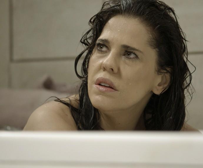 Antes de beber, Nelita evita Orlando (Foto: TV Globo)