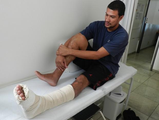 Valtinho, armador do Uberlândias Basquete durante troca de curativo (Foto: Felipe Santos/GLOBOESPORTE.COM)