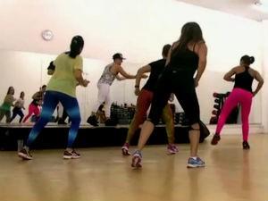 Mulheres mantém a forma com aulas de zumba  (Foto: Reprodução/TV Gazeta)