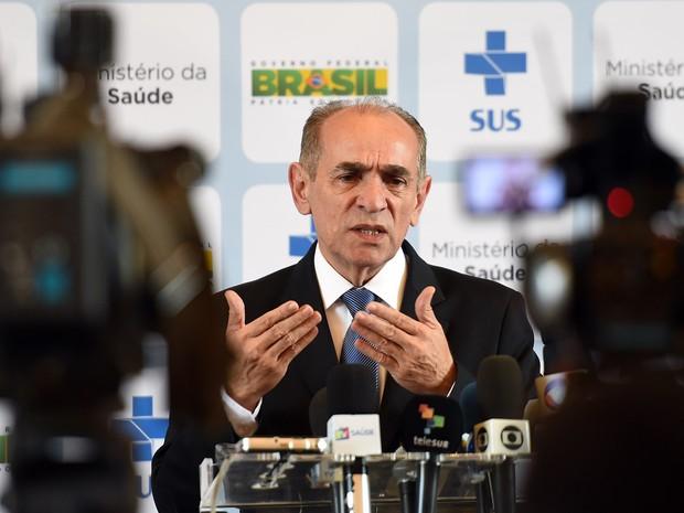 O ministro da saúde Marcelo Castro fala durante reunião entre representantes de institutos de pesquisa do Brasil e dos EUA para discutir ações contra o vírus zika em Brasília (Foto: Evaristo Sa/AFP)