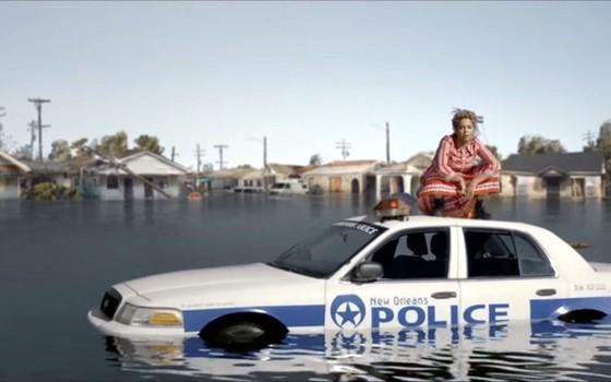 Beyonce durante gravação de clipe clipe da nova música denuncia a forma como a população negra de Nova Orleans sofreu com as consequências do furacão Katrina (Foto: Reprodução)