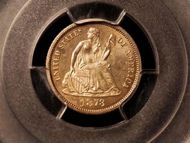 Uma medalha de 1873 da cidade de Carson City, em Nevada, nos Estados Unidos, é apresentada nesta sexta-feira (10). O objetivo foi vendido em um leilão na Filadélfia por US$ 1,84 milhão (Foto: AP)