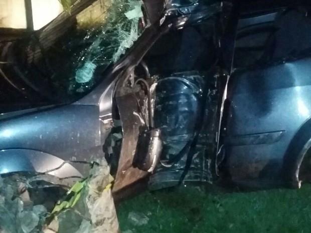 Veículo ficou parcialmente destruído após colidir em poste (Foto: Dicom/BPRE)