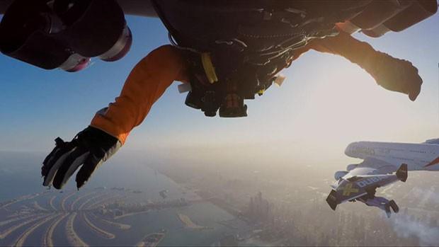 Eles voaram a cerca de 4 mil pés de altura, realizando movimentos coordenados em ambos dos lados do avião (Foto: BBC)