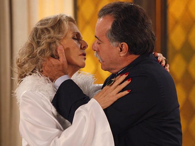Olha! Charlô e Otávio quase se beijam (Foto: Guerra dos Sexos / TV Globo)