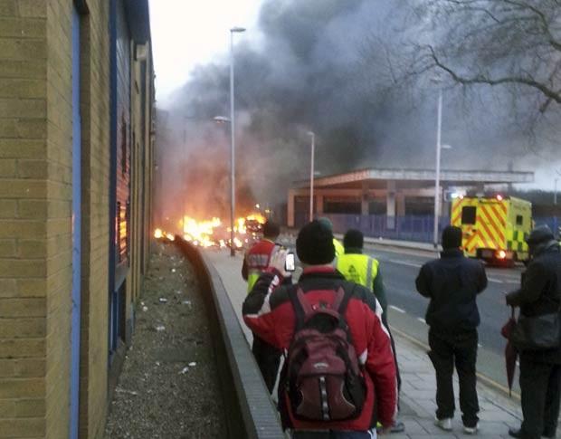 Fumaça e fogo se erguem do local do acidente com helicóptero nesta quarta-feira (16) em Londres (Foto: Toby Scott, PA/AP)