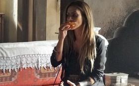 Que delícia! Cleo Pires não resiste e come o chocolate usado em cena de 'Salve Jorge'