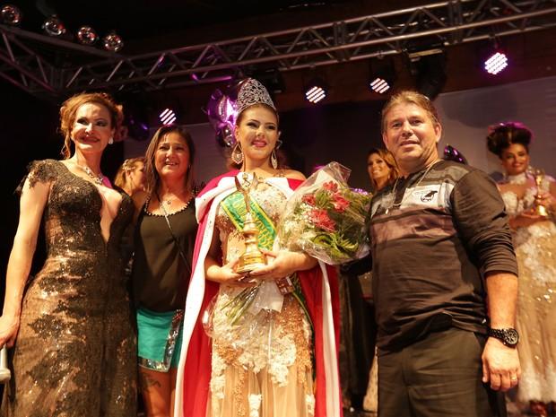 Ao lado da família e da organizadora do evento, Carla Amaral, Patrícia comemorou a coroação (Foto: Giuliano Gomes/PR Press)