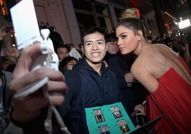 Ariadna Gutierrez faz selfie com um fã (Foto: Getty Images)