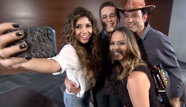 Cantora Paula Fernandes fez 'selfie' com equipe do programa (Foto: Reprodução / EPTV)