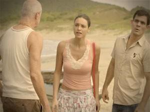 Tessália e Adauto ficaram coma  pulga atrás da orelha (Foto: Avenida Brasil/TV Globo)