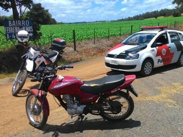 Motocicleta furtada foi encontrada na zona rural de Capão Bonito (Foto: Divulgação/ PM Capão Bonito)