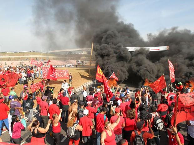 Integrantes do Movimento dos Trabalhadores Sem Teto (MTST) bloqueiam a Radial Leste, próximo à Arena Corinthians, na zona leste da capital paulista (Foto: Werther Santana/Estadão Conteúdo)
