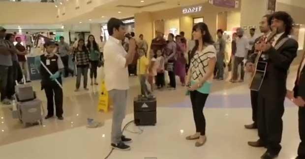 Jovem faz serenata de amor para namorada no shopping em Dubai (Foto: Reprodução/YouTube/HiTt MaNn)