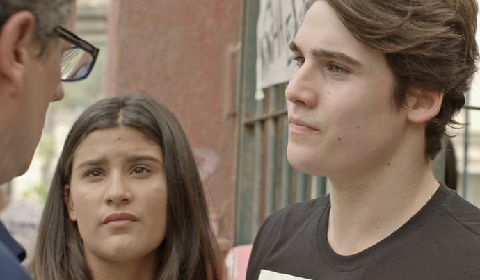 Rodrigo protege a irmã e enfrenta o pai (Foto: Tv Globo)
