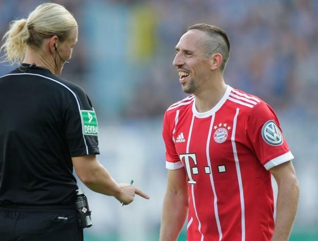 BLOG: Soltinho, Ribéry desamarra chuteira de árbitra em jogo do Bayern; assista