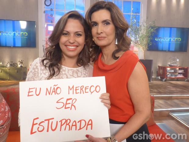 Fátima posa com Naná Queiroz e segura cartaz contra o estupro (Foto: Encontro com Fátima Bernardes/TV Globo)