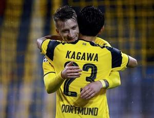 Reus abraça Kagawa na comemoração do gol do Borussia Dortmund (Foto: REUTERS/Wolfgang Rattay)