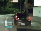 Mulher dança com corpo fora do carro pelo teto solar na marginal em SP