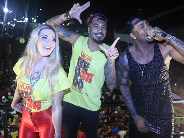 Ex-BBBs Aline e Fernando com Léo Santana em micareta em Feira de Santana, na Bahia (Foto: Fred Pontes/ Divulgação)