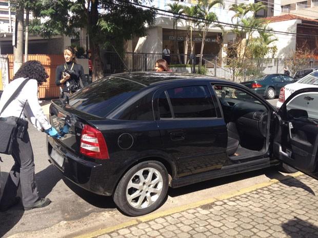Perícia é realizada no carro que levava PM e jovem no Itaim (Foto: Nathália Duarte/G1)